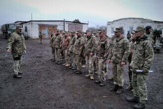 Un soldat ucis şi altul rănit pe linia frontului, în Ucraina, loviți de grenadele separatiștilor proruşi