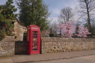 Cabinele telefonice roşii, simbol al Marii Britanii, sunt scoase la licitaţie pentru a fi transformate în ceva util