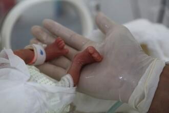 O femeie infectată cu Covid-19, intubată de o lună, a născut. Care este starea bebelușului