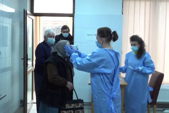 Un cămin de bătrâni din Alba, transformat în centru de vaccinare, atrage oameni din trei județe