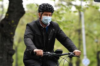 """Klaus Iohannis a mers cu bicicleta la Palatul Cotroceni, alăturându-se campaniei Vinerea Verde: """"Este foarte sănătos"""""""