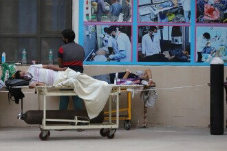 VIDEO. India: Bolnavii pe moarte zac în fața spitalelor pline cu pacienți infectați cu Covid-19