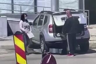 Două persoane au fost filmate în timp ce furau dale de pe un bulevard din Galați