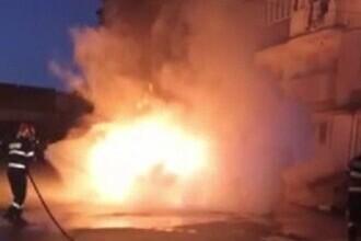 Incendiu devastator în Alba. O mașină a ars complet