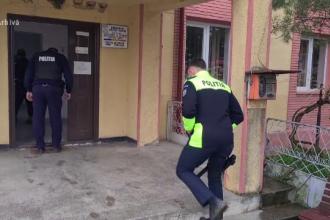Doi adolescenți din Bacău au provocat un scandal și au încercat să lovească un polițist cu o sticlă în cap