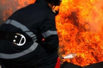 Incendiu violent intr-un apartament din Timisoara. Locuitorii au fost evacuati pe geam