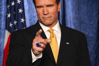 Arnold Schwarzenegger taie cu un urias cutit... deficitul bugetar!