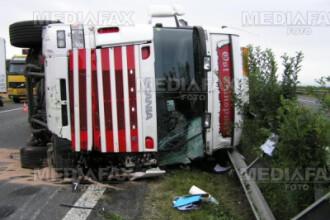 Un tir incarcat cu 30 tone de pietris s-a rasturnat in judetul Hunedoara