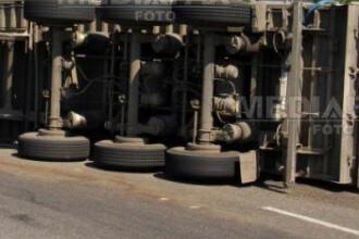 Un TIR incarcat cu scutece s-a rasturnat pe drumul dintre Cluj si Zalau