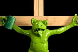 Papa Benedict, deranjat de o broasca rastignita pe cruce