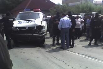 Impuscaturi la Borsa! Un interlop a intrat cu masina in duba politiei!
