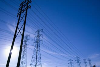 Stalpii care leaga reteaua de curent electric dintre Europa si Romania, remontati dupa ce au fost pusi la pamant de hoti