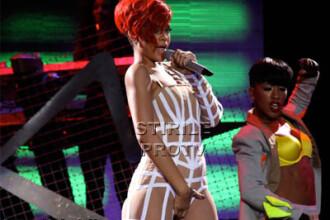 Ups... a comis-o din nou! Rihanna se excita pe scena si in Canada! FOTO