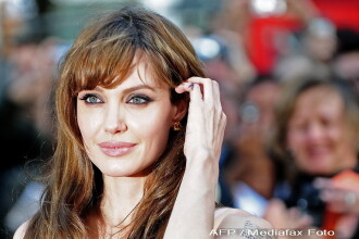 Revista presei: Angelina, sexy cu un decolteu adanc la premiera de la Paris