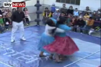 Cholitas te rup in bataie! Partida de wrestling feminin in Bolivia. Video