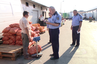 Control printre comerciantii din Timisoara. Peste sase tone de legume si fructe au fost confiscate