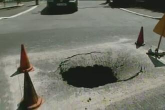 Cosmarul asfaltarilor de mantuiala bate la usa Guvernului. Groapa uriasa in fata Palatului Victoria