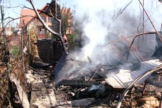 Incendiu la o anexa gospodareasca din Timis. In cateva minute, flacarile au cuprins magazia cu lemne