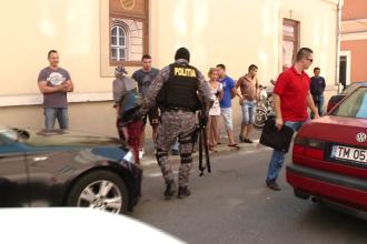 Doua familii de rromi au transformat parcarea unui centru comercial din Timisoara in camp de lupta