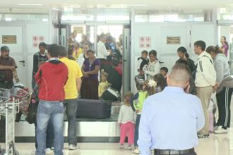 180 de tigani au ajuns joi pe aeroportul din Timisoara. Francezii i-au izgonit din orasele lor