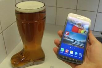 Ce se intampla cand scufunzi un smartphone intr-un pahar cu bere. Putini ar indrazni sa faca asta