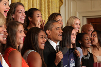 Imaginea zilei in SUA. Ce faceau aceste tinere in spatele lui Obama intr-o fotografie oficiala