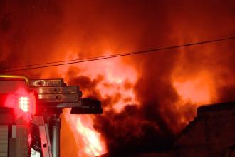 Flacari inalte de cinci metri au mistuit un bar din Timisoara. Care este cauza incendiului