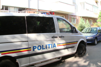 Doua persoane care se aflau intr-o duba a politiei, au ajuns la spital