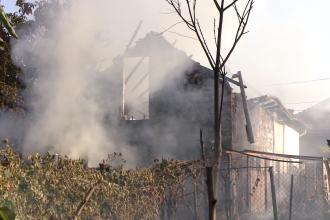 O casa de vacanta din Bistrita-Nasaud a fost mistuita de flacari