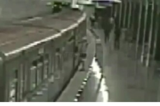 A scapat ca prin miracol. Un pensionar a ramas blocat intre usile metroului. VIDEO