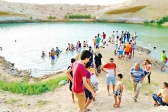 Lacul misterios care a aparut peste noapte in desert. Sute de turisti au venit sa vada minunea: apa isi schimba culoarea