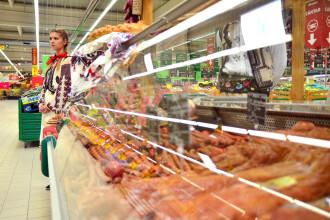 Drumul de la purcel la mezel, scurtat de hipermarketuri cu magazine proprii. Cum ajunge carnea sa fie cu 10-20% mai ieftina