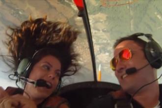 Un pilot de acrobatie si-a cerut iubita in casatorie cand avionul zbura cu rotile in sus. VIDEO
