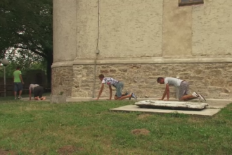 Ritual vechi de sute de ani in Romania. Oamenii urca in genunchi un deal pe care se afla manastirea Hagigadar