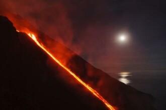 VIDEO Imagini spectaculoase cu Vulcanul Stromboli care erupe de pe coasta Siciliei