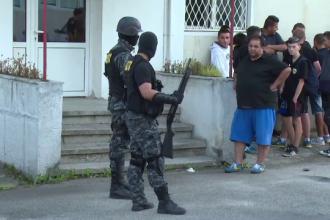 Zeci de suporteri ai echipei Petrolul Ploiesti au vandalizat un hipermarket si au batut un paznic: