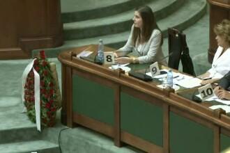 Senatul a aprobat din nou reducerea CAS. PNL a depus o coroana de flori in Parlament pentru a constata