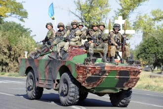 Capturati si umiliti. IMAGINILE in care soldatii din armata ucraineana sunt fortati de separatisti sa-si manance uniformele