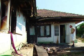 Clipe de groaza pentru o familie din Husi. Baiatul, surdo-mut, a dat foc la casa, iar tatal s-a salvat in ultima clipa