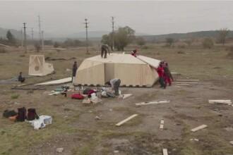 50 de oameni au carat in spate componentele unui nou refugiu montan in Piatra Craiului. Totul este la o altitudine de 1700 m