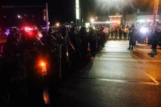 Proteste violente in Ferguson. 20 de focuri de arma si un ranit, la implinirea unui an de la moartea lui Michael Brown