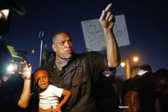 O noua noapte de violente in orasul american Ferguson. Autoritatile au declarat stare de urgenta. GALERIE FOTO