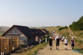 Peste 45 de avocati britanici construiesc pe santierul Habitat for Humanity Cluj din Jucu case pentru saraci
