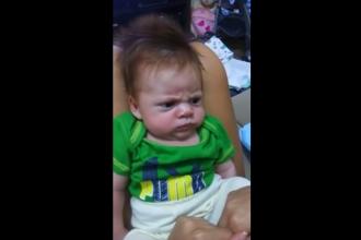 Cel mai nervos bebelus din lume. Cum reactioneaza atunci cand parintii incearca sa-l faca sa rada