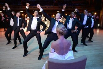 Cel mai tare dans de nunta din istorie. Surpriza de care a avut parte mireasa de la mire si de la cavalerii lui de onoare
