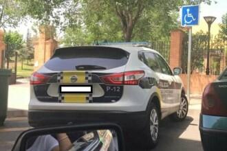 Amenda de 800 de euro pentru o femeie care ca a publicat pe Facebook o poza cu masina politiei parcata neregulamentar