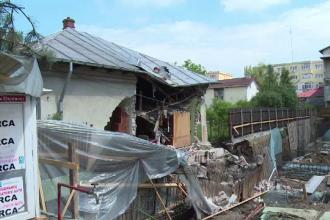 Au sapat la fundatia unei cladiri pana s-a daramat peretele unei case din apropiere.