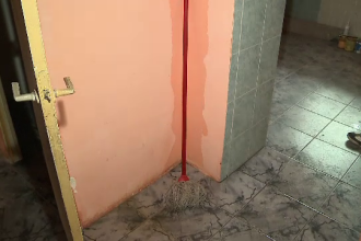 Ploile torentiale au facut prapad intr-un bloc din Arad, aflat in reabilitare termica. Zeci de apartamente au fost inundate