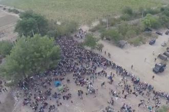 Sute de imigranti au patruns sambata in Macedonia dupa ce au rupt cordoanele politiei. Filmare realizata cu drona
