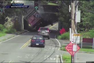 Au ignorat avertizarea si au intrat cu camionul intr-un pod mai mic de inaltime. Accidentul a fost surprins de camere